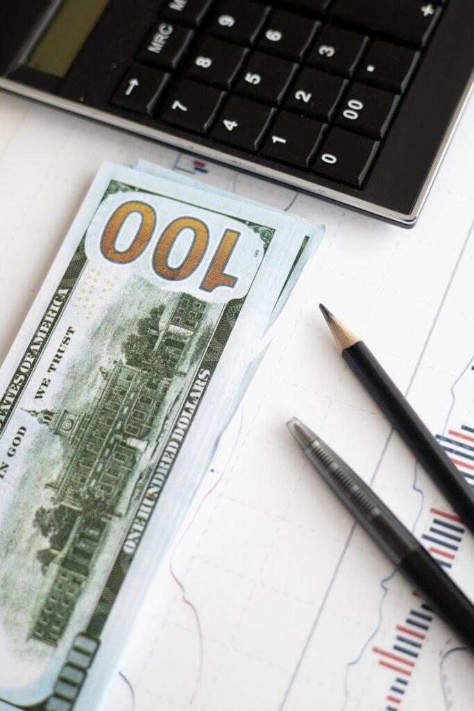 kalkulator, banknot i długopis